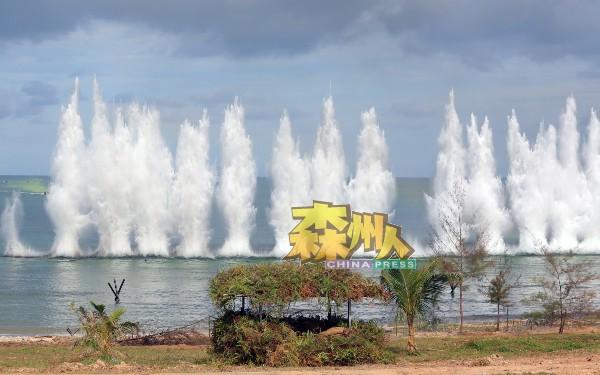 海面爆炸,激起水柱!