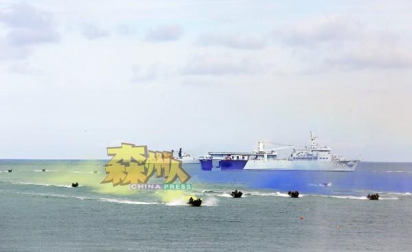 军舰在海上放出十余艘军事快艇,在海面上保家卫国。