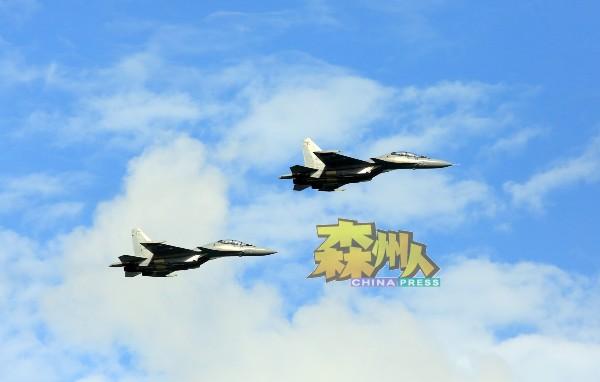 战斗机在空中翱翔,展现英姿。