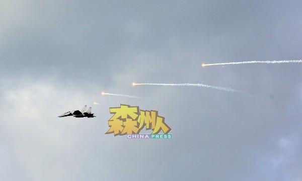 战斗机放出烟雾弹,在空中制造特效。