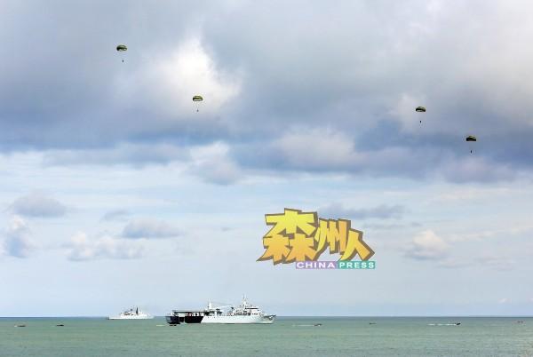 空军在空中放下降落伞后入海,海军在海面护航。