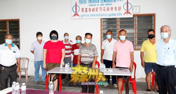 李光兴(前左3)与多名支部领袖、党元老召开记者会,不满州委会在受封勋衔上的安排。