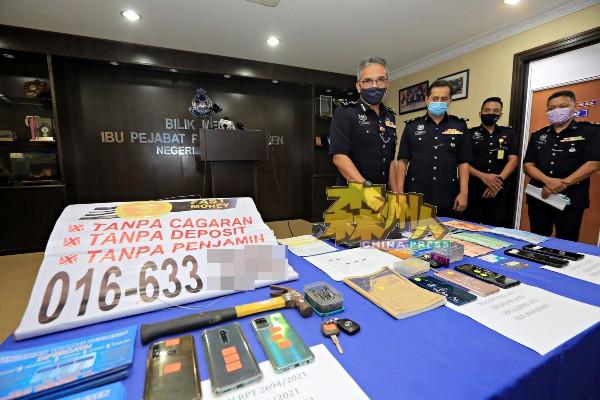 森州警方商业罪案调查组捣毁大耳窿非法借贷活动,起获大批涉及进行非法借贷的工具和宣传品,左起是莫哈末尤索夫、艾比、阿米尔和鲁再米。