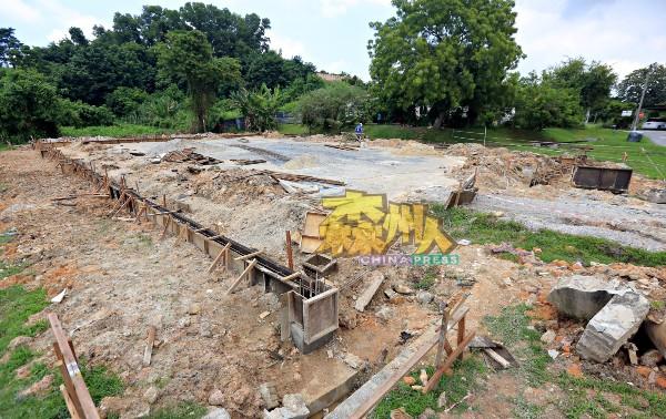甘榜巴西民众会堂工程正如火如荼进行中。