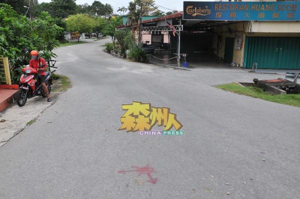 金源镇主要通道的路面已标上标记,若围起围篱,将占据了道路三分之一位子。