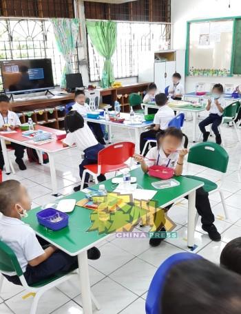 亚沙马华小学设有学前教育班,每班各有25名学生。