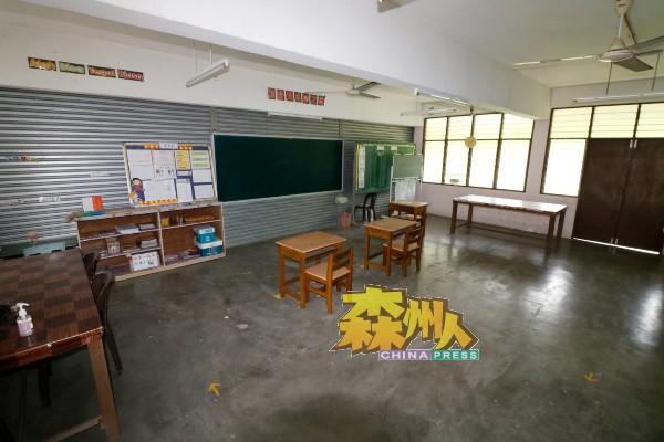 基于学生总人数仅有20余人,芙蓉班台华小每间课室只有几张桌椅。