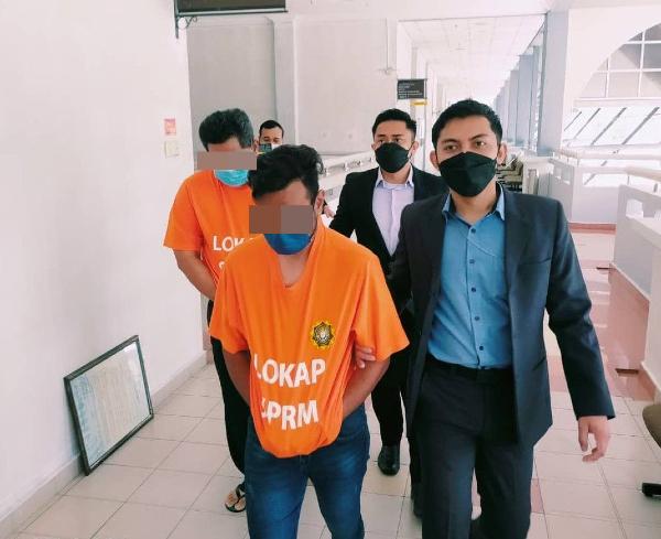 森州反贪污委员会执法官员将两名嫌犯押到芙蓉法庭,申请延扣助查。